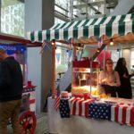 Amerikaanse kraam met hotdogmachine en popcornmachine