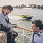 Oestermeisje op een bootfeest